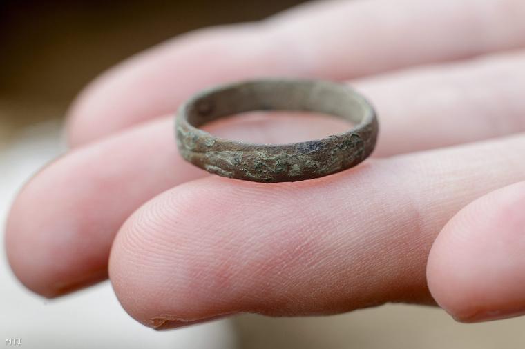 az emberi gyűrű tipikus jelei féreglyuk természetesen